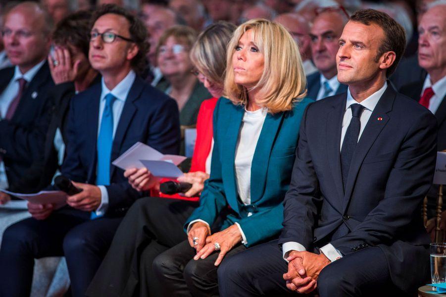 Stéphane Bern, Brigitte Macron et Emmanuel Macron, jeudi à l'Elysée.