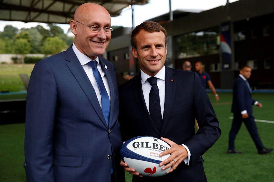 Emmanuel Macronjeudi à Marcoussis aux côtés de Bernard Laporte, président de la FFR.