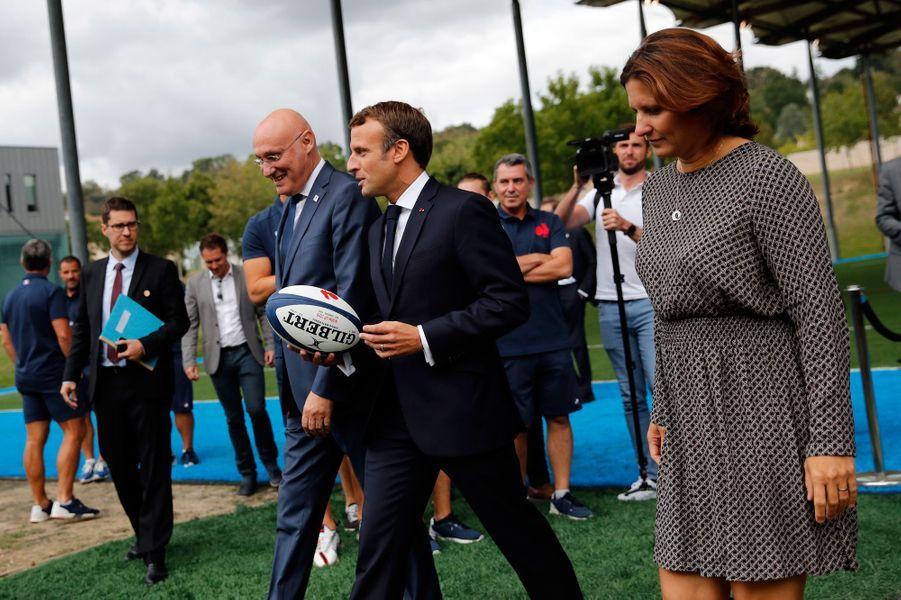 Emmanuel Macronjeudi à Marcoussis aux côtés de Bernard Laporte , président de la FFR, et deRoxana Maracineanu, la ministre des Sports.