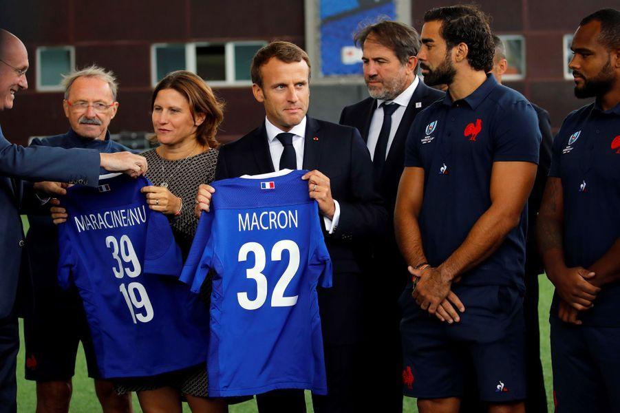 Emmanuel Macrona rendu visite aux joueurs du XV de France jeudi à Marcoussis.