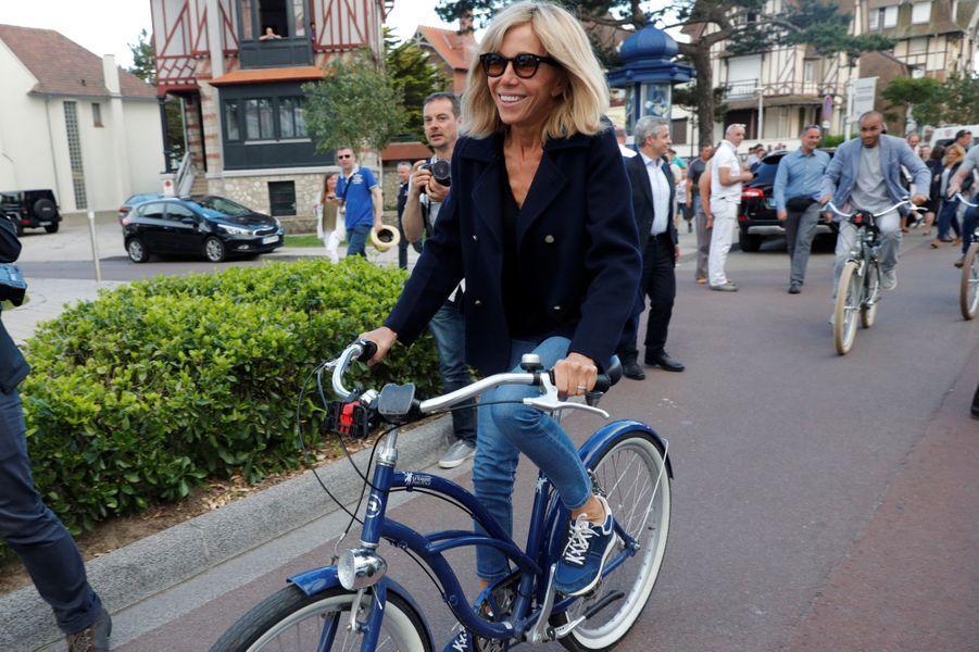 Balade à vélo au Touquet pour Brigitte Macron.