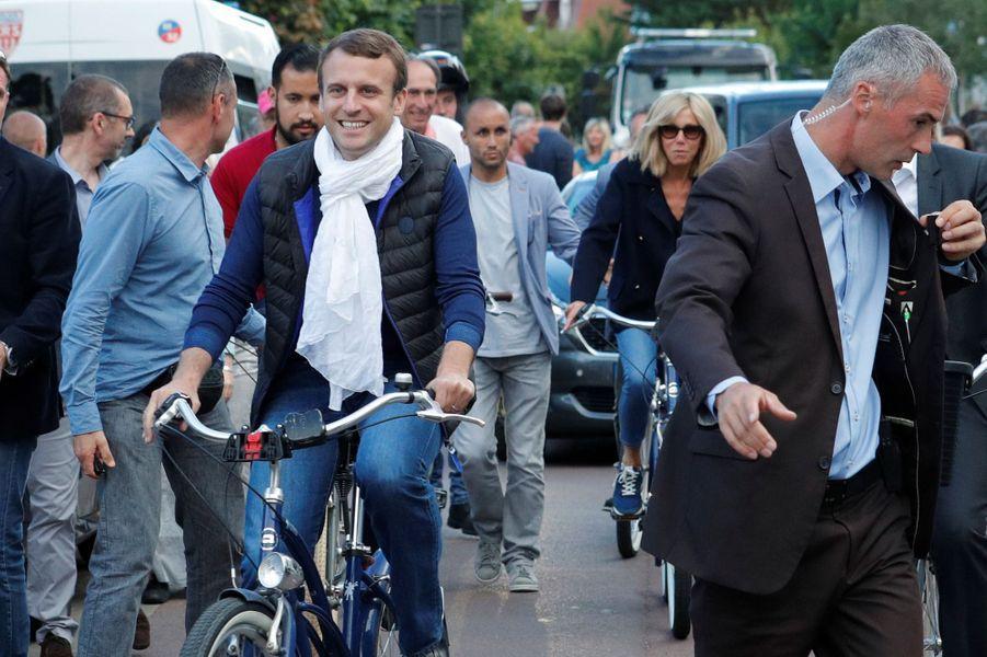 Balade à vélo au Touquet pour Emmanuel Macron et sa femme.