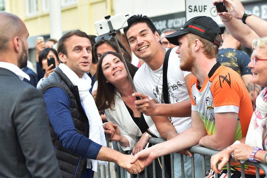 Instant selfie pour Emmanuel Macron à son arrivée au Touquet samedi après-midi.