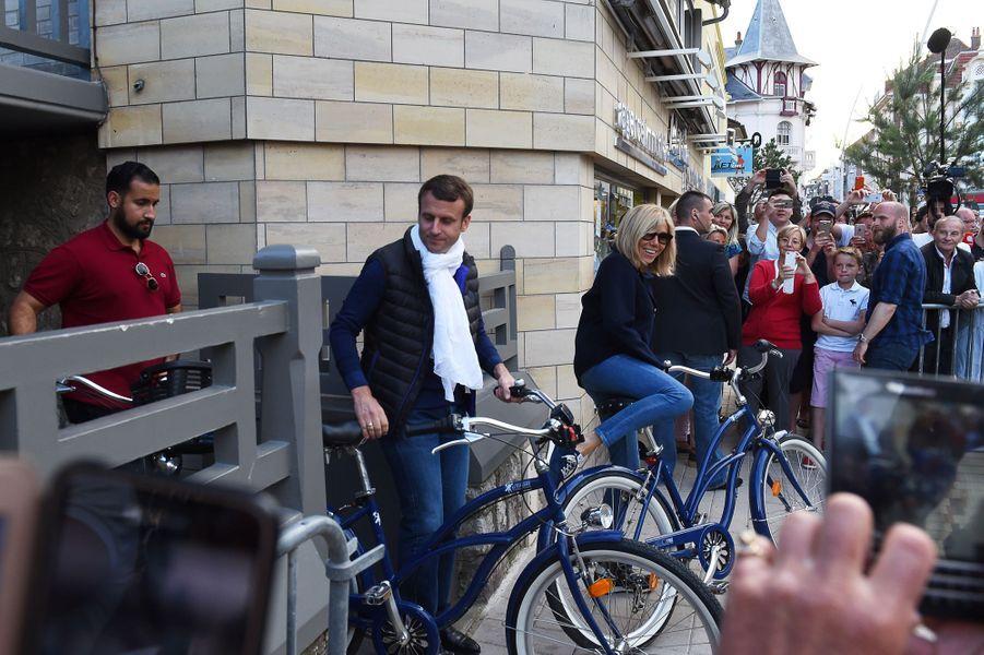 Emmanuel Macron et son épouse Brigitte quittent leur résidence familiale pour un petit tour à vélo.