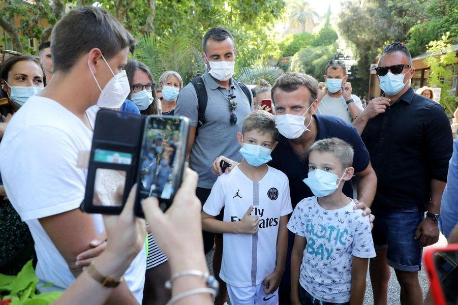 Bain de foule masqué et selfies pour Emmanuel Macron, lundi à Bormes-les-Mimosas.