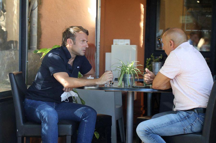 Emmanuel Macron, ici avec le maire deBormes-les-Mimosas,François Arizzi.