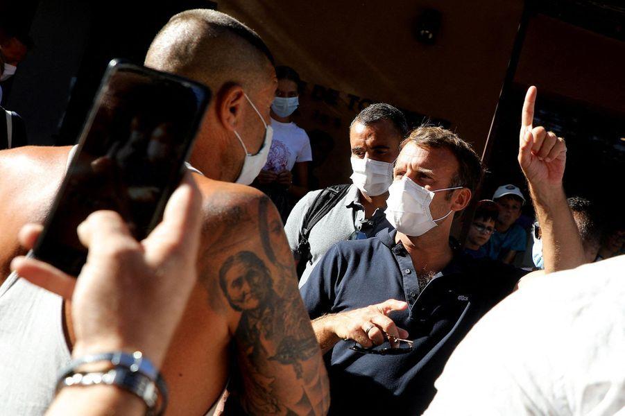 Bain de foule masqué pour Emmanuel Macron, lundi àBormes-les-Mimosas.
