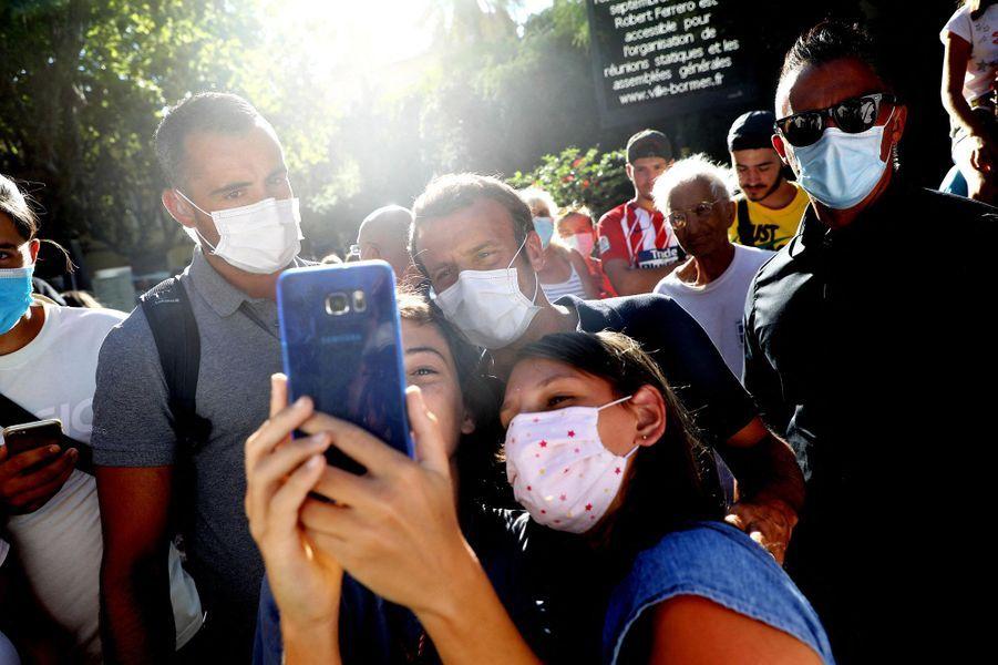 Bain de foule masqué et selfies pour Emmanuel Macron, lundi àBormes-les-Mimosas.