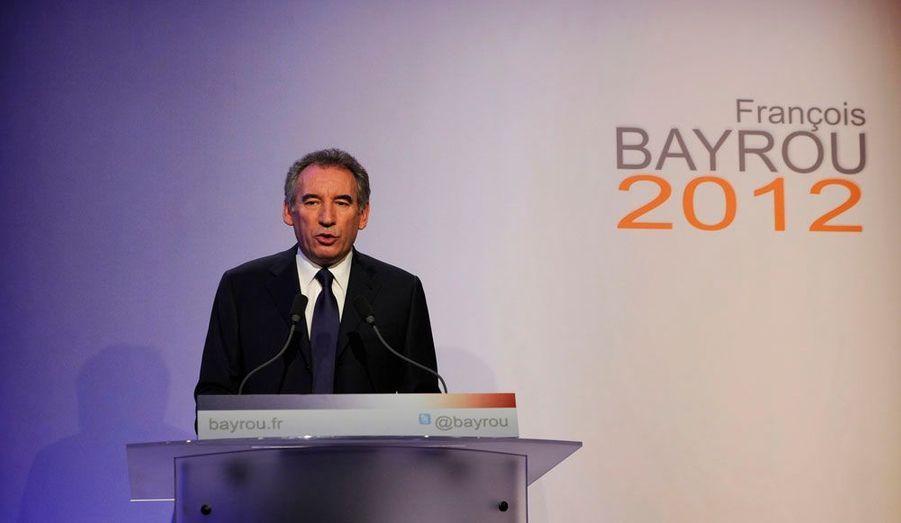Mercredi 7 décembre 2011, François Bayrou annonce qu'il est candidat à l'élection présidentielle pour la troisième fois. Le centre est divisé et les sondages pas aussi flatteurs qu'avant le premier tour de 2007. Mais le Béarnais y croit. «Je ne concéderai rien aux candidats qui se croient favoris», a-t-il lancé mercredi. Il veut dire à François Hollande et Nicolas Sarkozy «que la France a besoin de tourner la page sur leur double hégémonie, et sur les erreurs dont ils ont été tour à tour responsables». Parviendra-t-il a exister entre les deux candidats? Le premier tour est encore loin. A la même époque il y a cinq ans, François Bayrou n'était pas plus haut dans les intentions de vote qu'il ne l'est aujourd'hui.