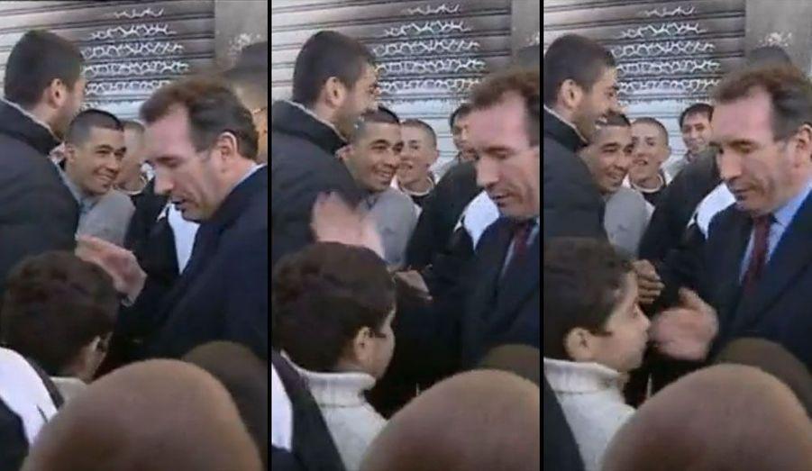 En 2002, François Bayrou se lance pour la première fois dans la course à l'Elysée. On lui doit l'une des images fortes d'une campagne marquée par le thème de l'insécurité. Le 8 avril 2002, lors d'un déplacement à la Meinau, quartier populaire de Strasbourg, il gifle un enfant qui lui fait les poches. Enregistré par les caméras, l'événement fait sensation. Le 21 avril 2002, jour du premier tour, il n'obtient toutefois que 6,9% des voix. Jean-Marie Le Pen triomphe en se propulsant au second tour.