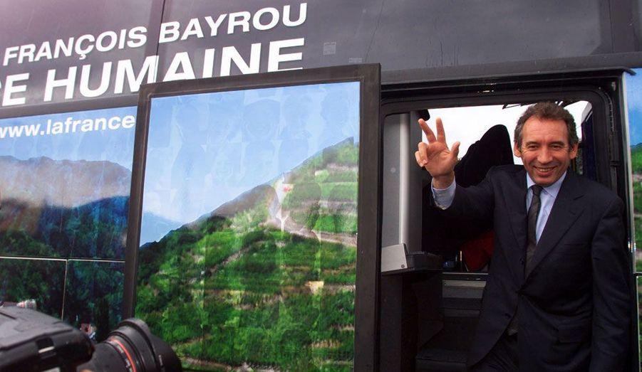La troisième fois sera-t-elle la bonne? François Bayrou, président du Modem, se lance dans sa troisième campagne présidentielle consécutive. Le Béarnais veut croire que son heure est venue, après une occasion manquée en 2007, où il avait réalisé un score de 18,6%. Mais il part à la bataille avec un Modem bien plus faible que ne l'était l'UDF qui le soutenait en 2007. Sur cette image, François Bayrou descend de son bus de campagne en septembre 2001. L'élection de 2002 fut l'occasion de sa première campagne présidentielle.