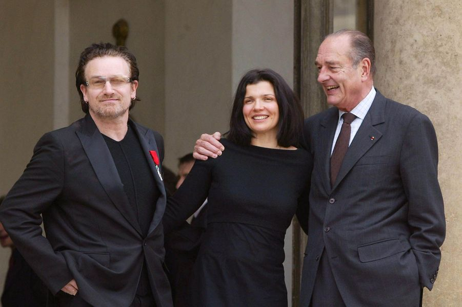 Rencontre à l'Elysée avec Jacques Chirac lors de la remise de la Légion d'honneur le 28 février 2003. Son épouse Ali Hewson était présente.