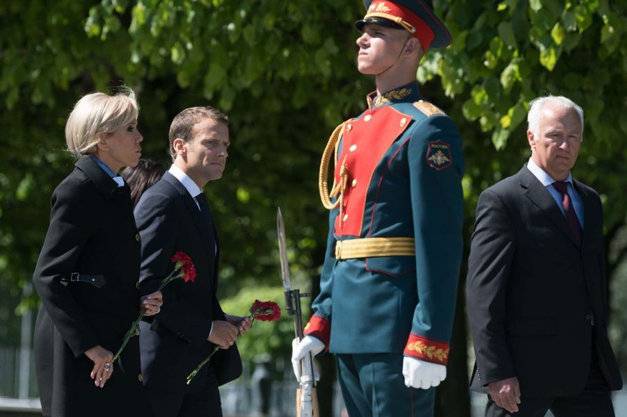 En visite officielle en Russie, le président de la République Emmanuel Macron, accompagné de son épouse Brigitte, s'est rendu vendredi auCimetière mémorial de Piskarevskoïe, afin d'honorer les victimes de la Seconde guerre mondiale.