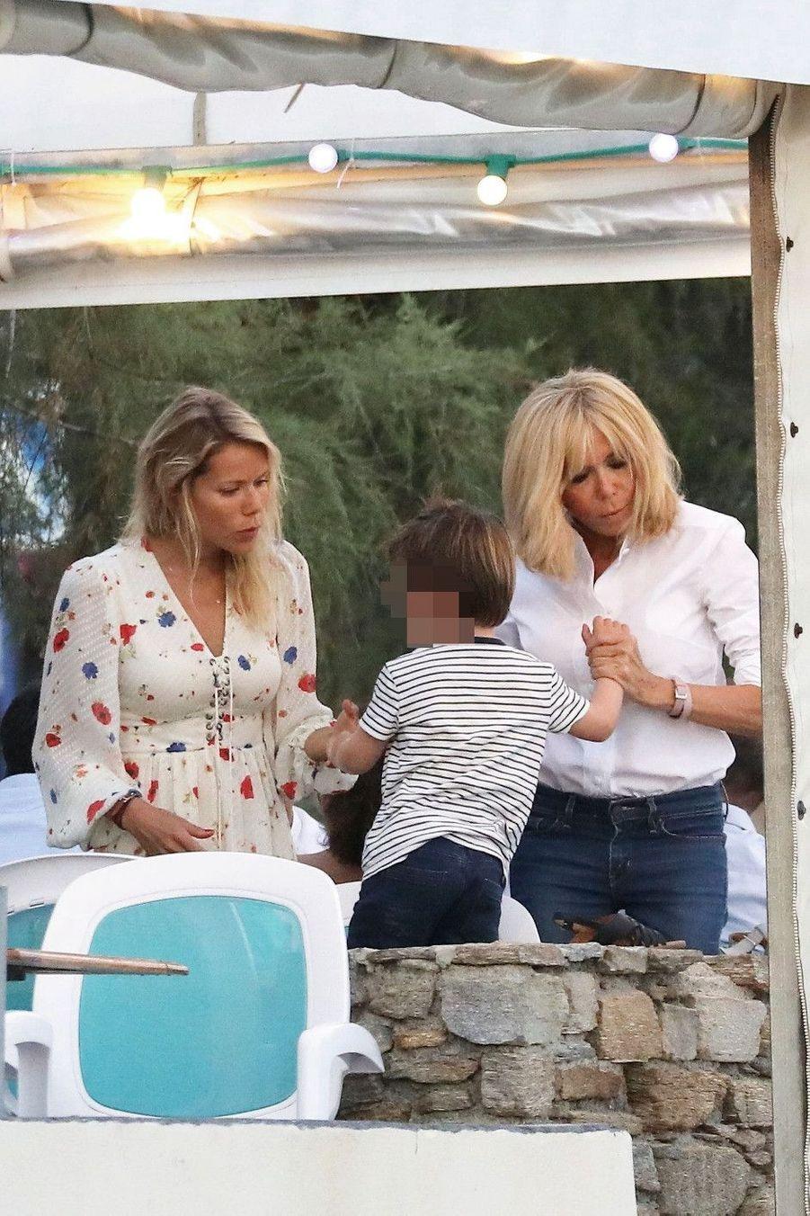 Avec Tiphaine Auzière, sa fille cadette, et son petit-fils Aurèle