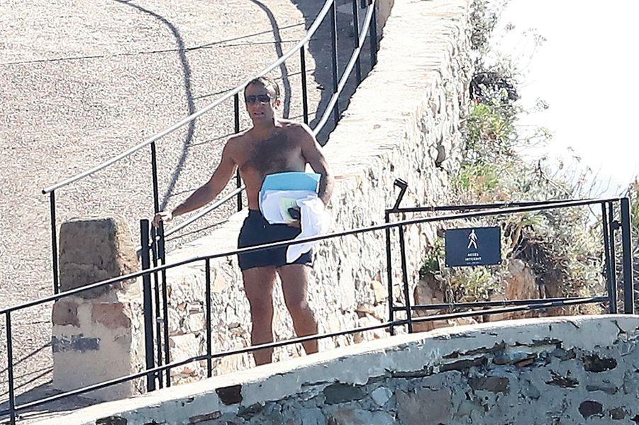 Le 2 août, retour au fort après la baignade. Emmanuel Macron ne se déplace jamais sans portable ni sans quelques papiers…