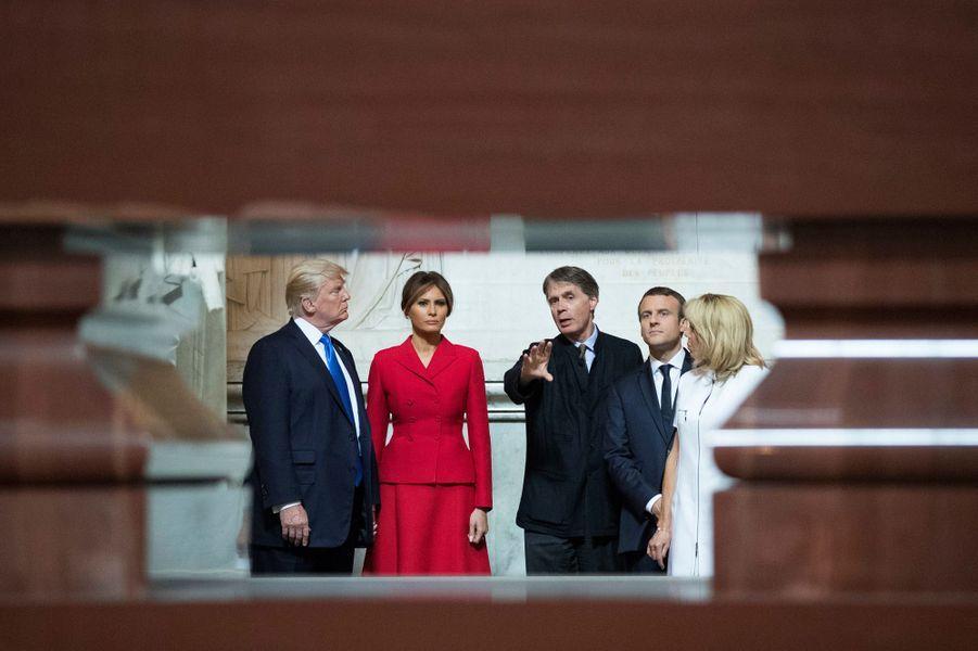 Emmanuel et Brigitte Macron contemplent l'imposant tombeau de Napoléon 1er en compagnie du coupleTrump.