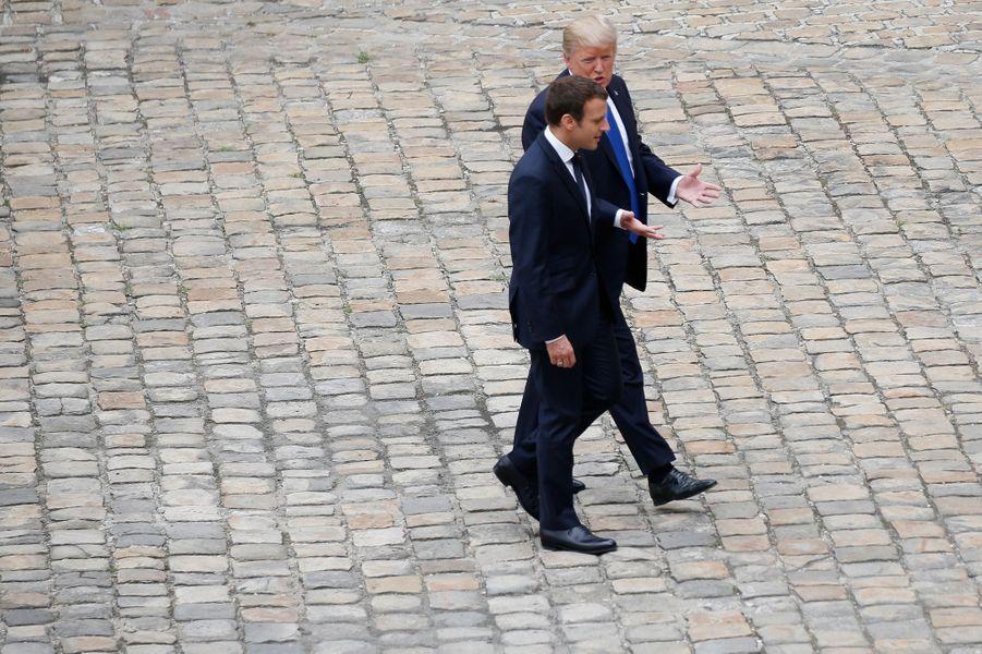 Emmanuel Macron et Donald Trump lors d'une cérémonie à l'hôtel national des Invalides.