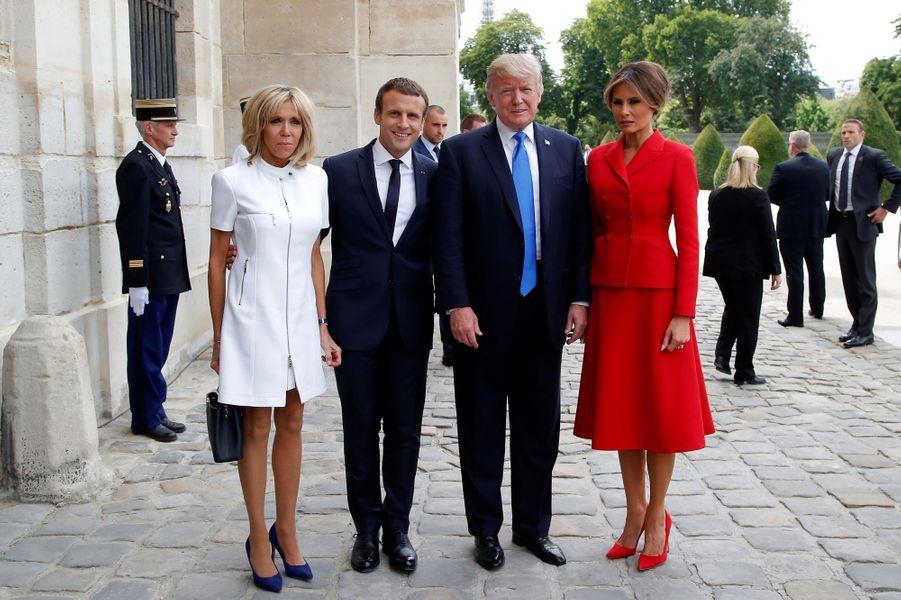 Brigitte et Emmanuel Macron accueillent Donald et Melania Trump lors d'une cérémonie à l'hôtel national des Invalides.