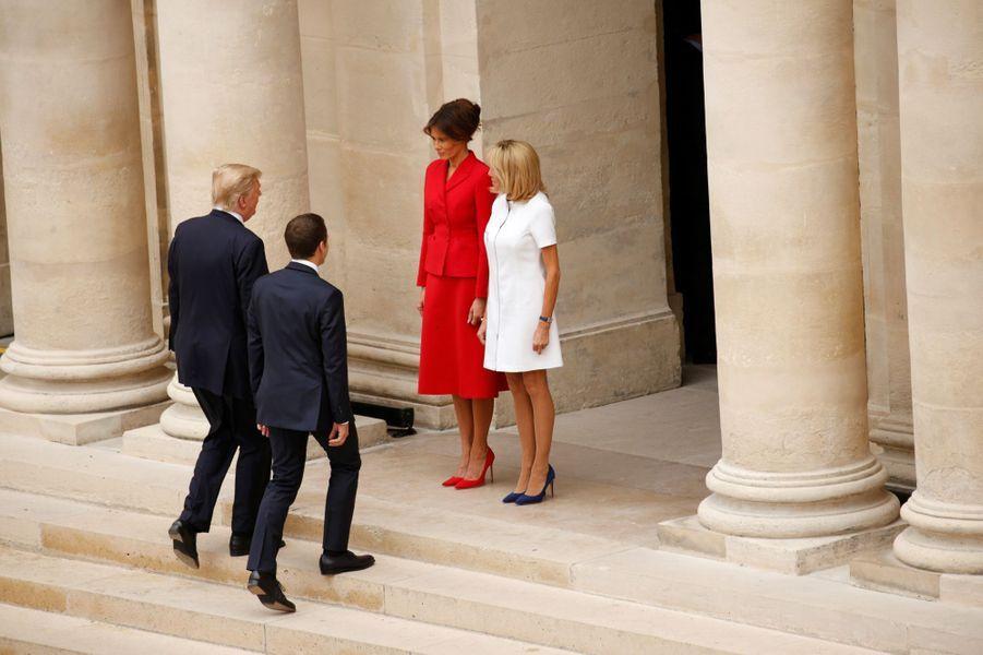 Brigitte et Emmanuel Macron aux Invalides en compagnie Donald et Melania Trump.