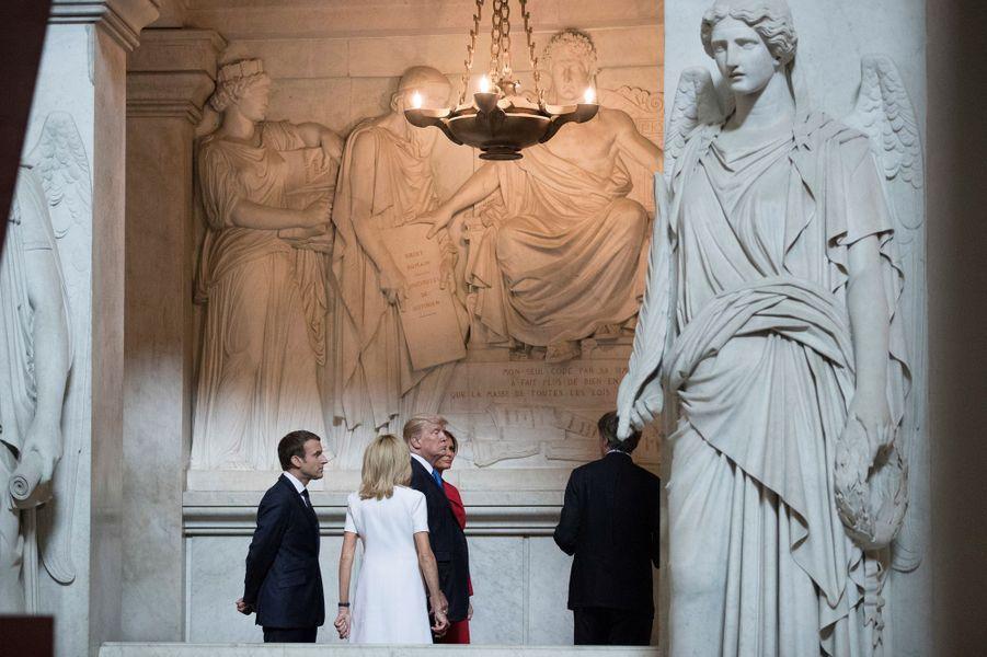 Emmanuel et Brigitte Macroncontemplent l'imposant tombeau de Napoléon 1er en compagnie du coupleTrump.