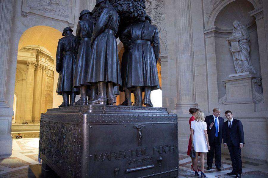 Le couple Macron accompagné de Donald et Melania Trump devant le tombeau du maréchal Foch.