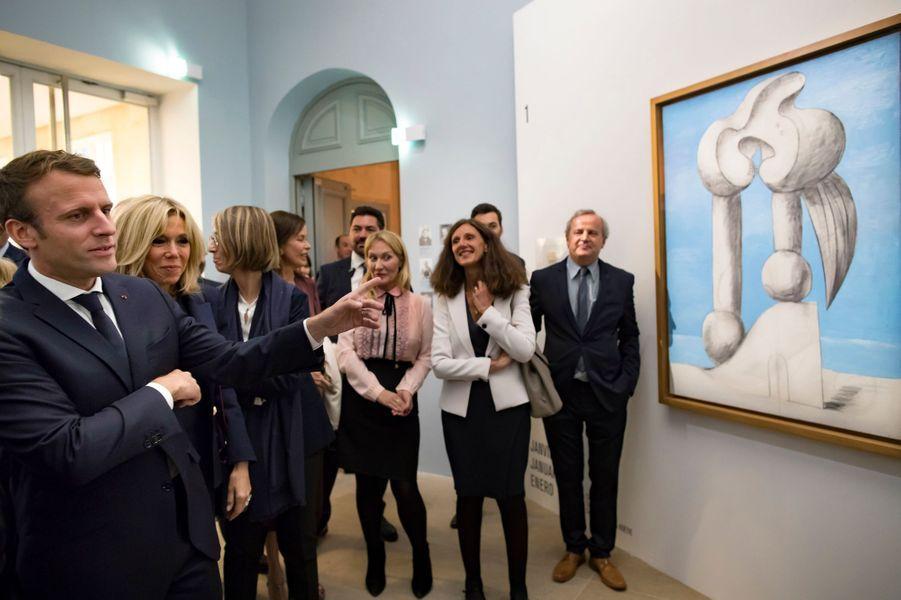 """Emmanuel et Brigitte Macron lors de la visite de l'exposition """"Picasso : 1932, année érotique""""."""