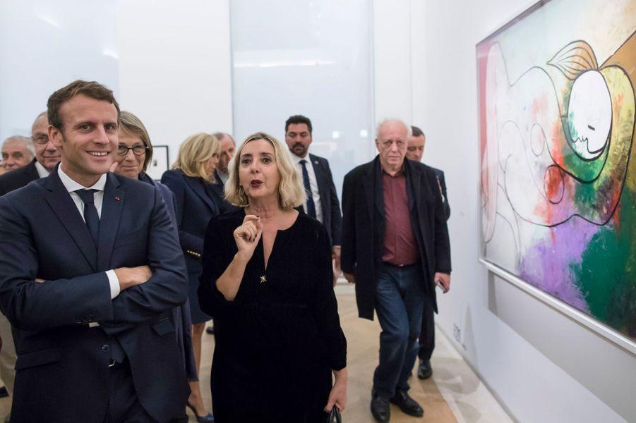 """Le président de la République Emmanuel Macron écoute attentivement Laurence Madeline lors de la visite de l'exposition """"Picasso : 1932, année érotique""""."""