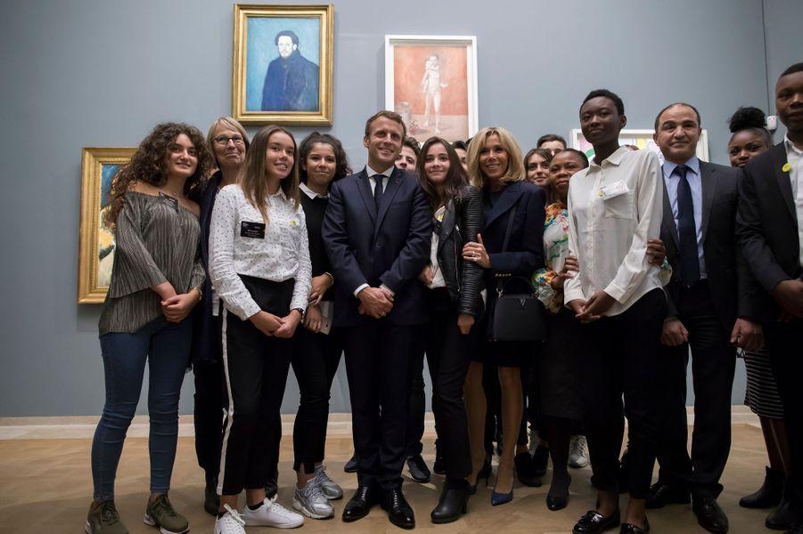 """Emmanuel et Brigitte Macron avec des collégiens de Montfermeil lors de la visite de l'exposition """"Picasso : 1932, année érotique""""."""