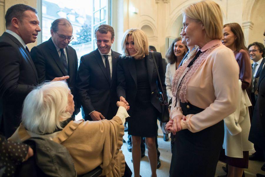 """Brigitte Macron serre la main de Maya Picasso, fille de Pablo Picasso, lors de la visite de l'exposition """"Picasso : 1932, année érotique""""."""