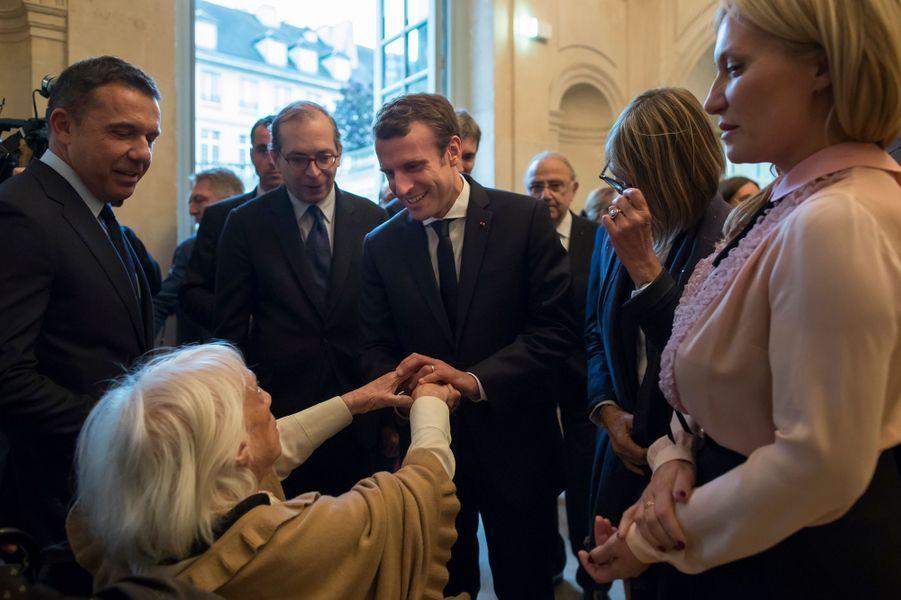 """Emmanuel Macron serre la main de Maya Picasso, fille de Pablo Picasso, lors de la visite de l'exposition """"Picasso : 1932, année érotique""""."""