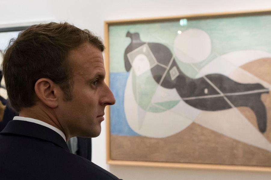 """Emmanuel Macron devant """"Femme nue couchée au soleil sur la plage"""" lors de la visite de l'exposition """"Picasso : 1932, année érotique""""."""