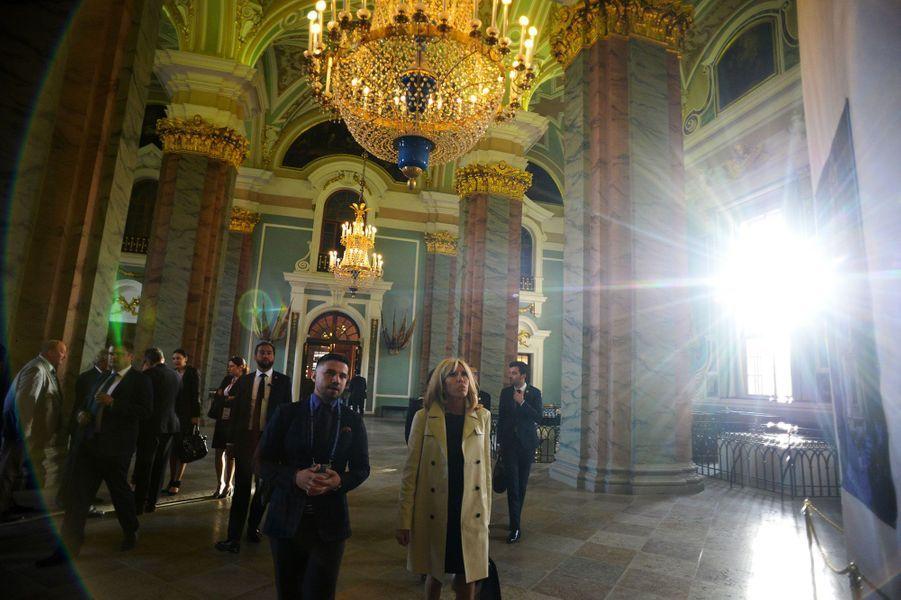 Brigitte Macron visite la forteresse Pierre-et-Paul à Saint-Pétersbourg, jeudi.