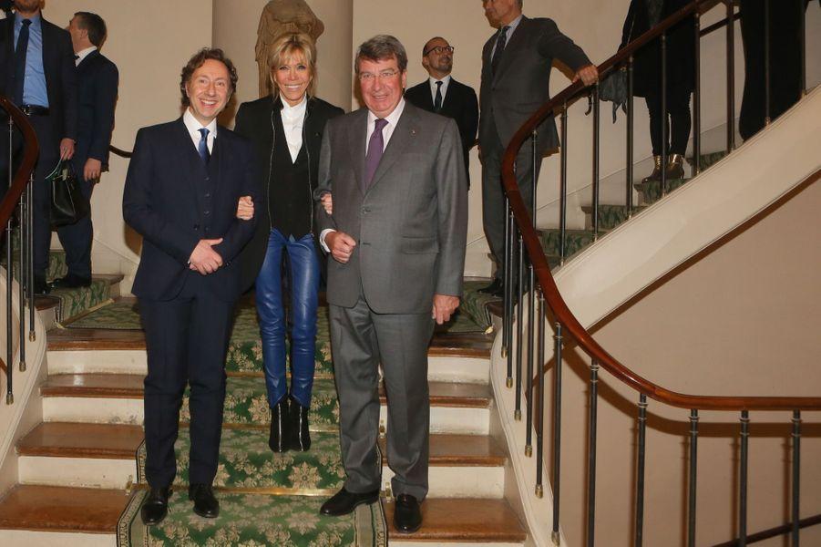 Stéphane Bern, Brigitte Macron et Xavier Darcos jeudi soir lors de la remise desPrix de la «Fondation Stéphane Bern pour l'Histoire et le Patrimoine», à l'Institut de France.