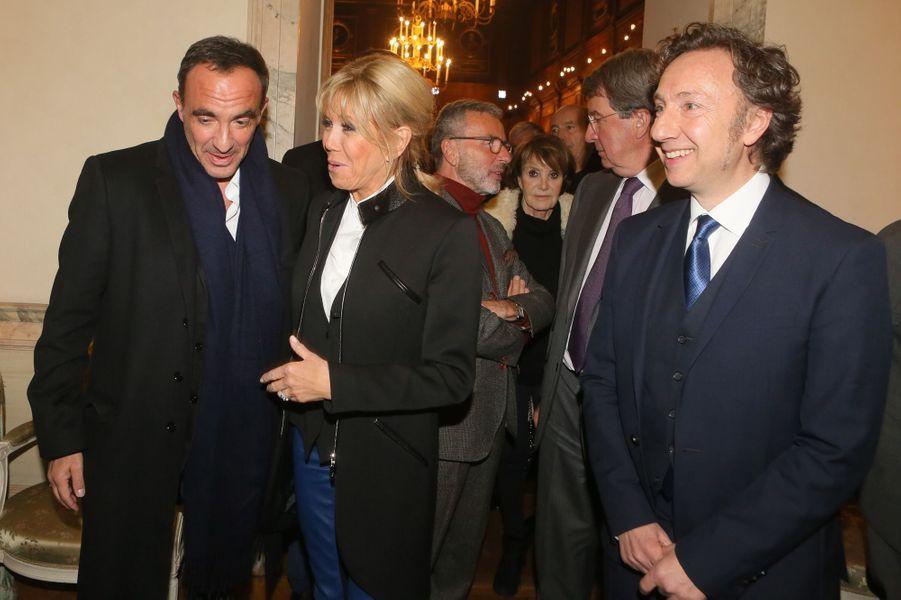 Brigitte Macron salue Nikos Aliagas, jeudi soir lors de la remise desPrix de la «Fondation Stéphane Bern pour l'Histoire et le Patrimoine», à l'Institut de France.
