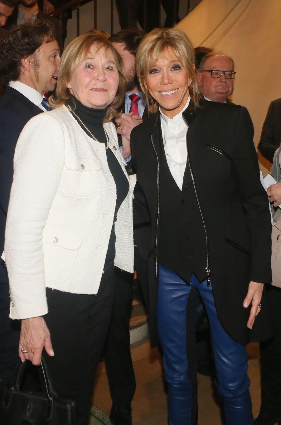 Brigitte Macron et Nicole Dupont-Pierrart jeudi soir lors de la remise desPrix de la «Fondation Stéphane Bern pour l'Histoire et le Patrimoine», à l'Institut de France.