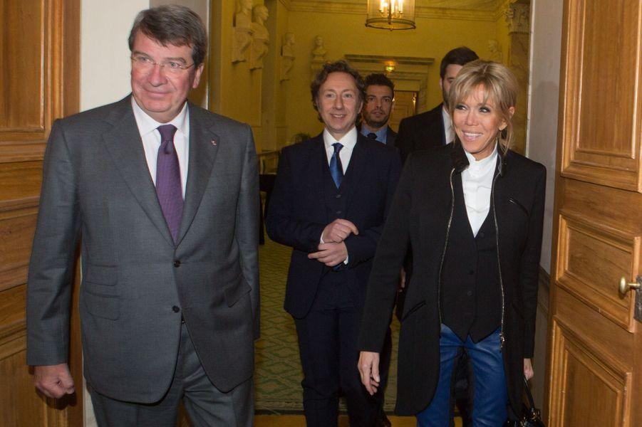 Xavier Darcos, Brigitte Macron et Stéphane Bern jeudi soir lors de la remise desPrix de la «Fondation Stéphane Bern pour l'Histoire et le Patrimoine», à l'Institut de France.