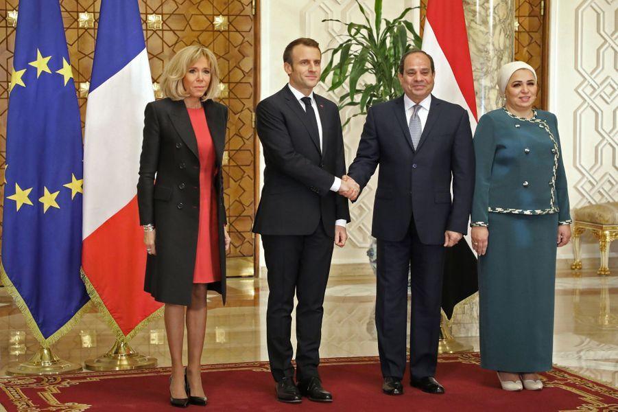Emmanuel et Brigitte Macron accueillis au Palais présidentiel du Caire par Abdel Fattah al-Sissi et son épouse.