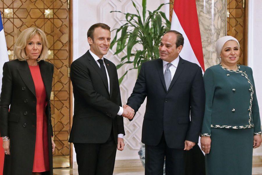 Emmanuel et Brigitte Macron accueillisau Palais présidentiel du Caire par Abdel Fattah al-Sissi et son épouse.