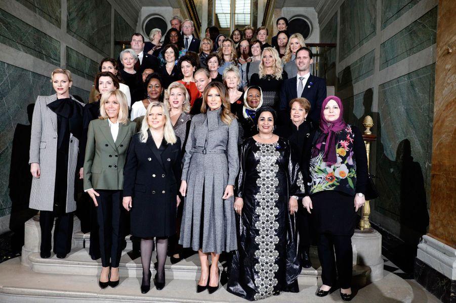Photo de groupe au Château de Versailles, où Brigitte Macron a reçu à déjeuner les conjoints des chefs d'Etat et de gouvernement dans le cadre des commémorations de l'armistice du 11 novembre 1918.