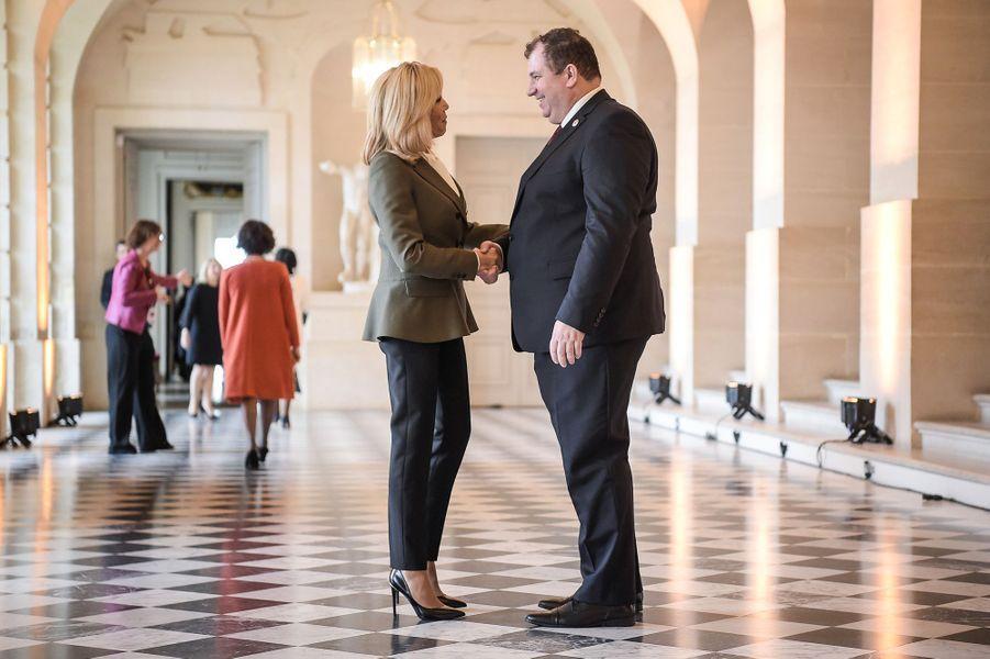 Brigitte Macron salue Jakov Kitarovic, époux de laprésidente croate,Kolinda Grabar-Kitarović.