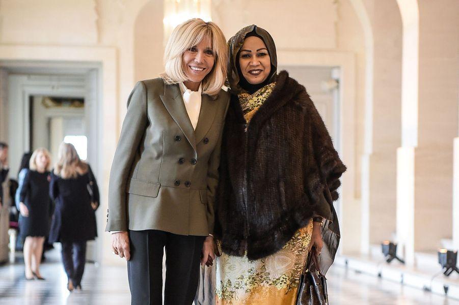 Brigitte Macron pose avecHinda Deby, épouse duprésident de la république du Tchad.