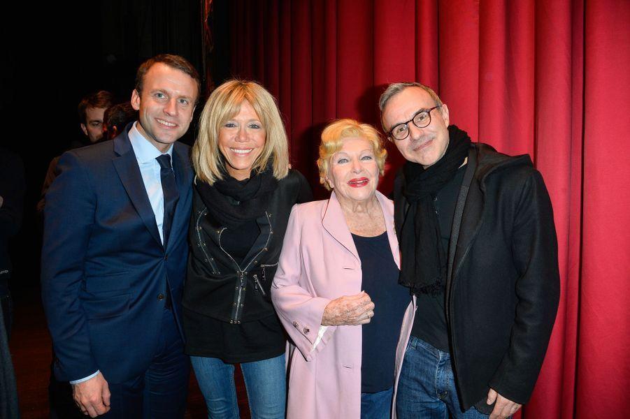 Emmanuel Macron et sa femme Brigitte avec Line Renaud et Philippe Besson, au théâtre Hébertot à Paris en février 2017.