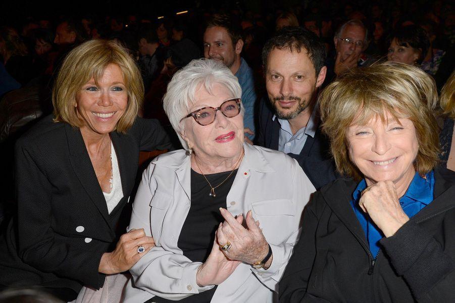 Brigitte Macron avec Line Renaud, Marc-Olivier Fogiel et Danièle Thompson au Grand Point Virgule en avril 2016.