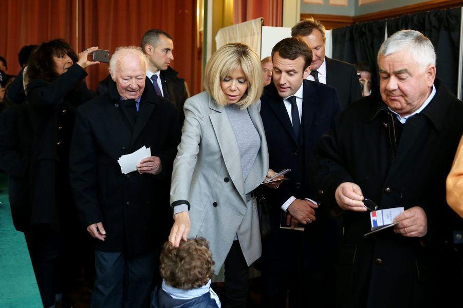 Le 23 avril 2017, premier tour de la présidentielle, le couple Macron vote au Touquet.