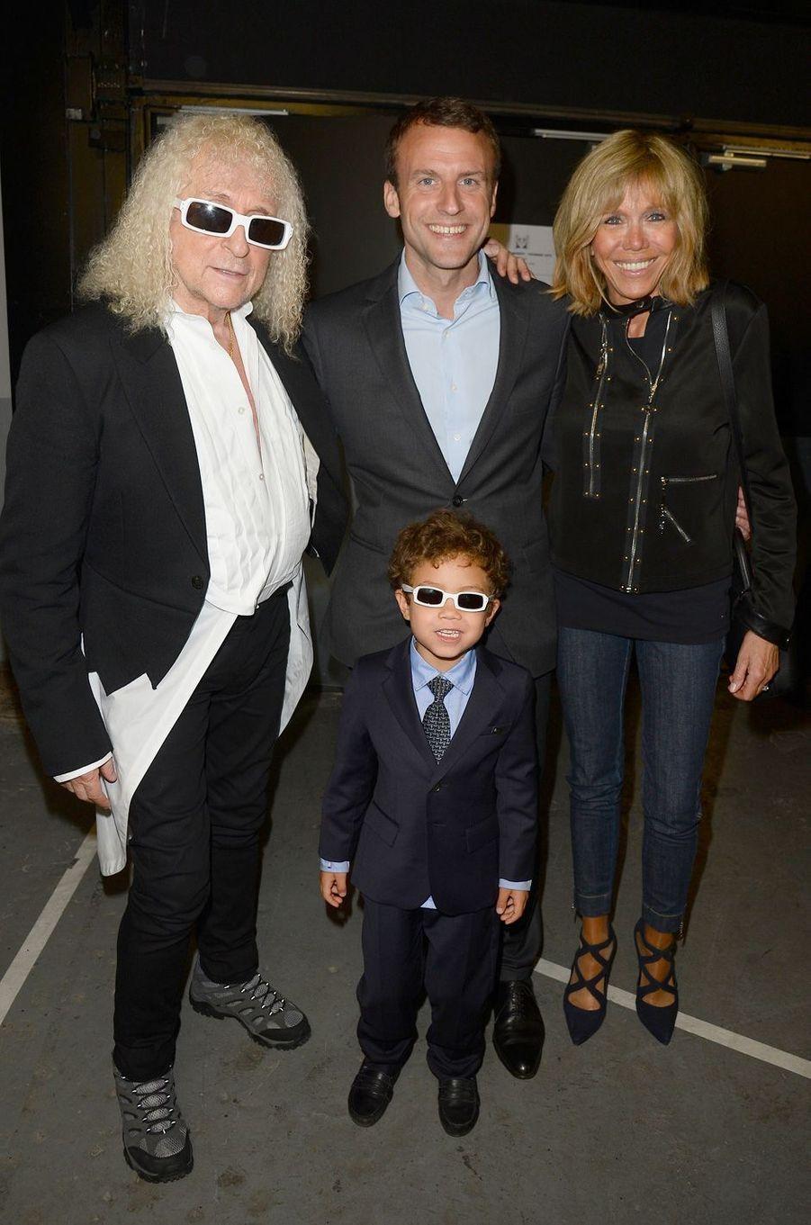 Michel Polnareff avec son fils Louka aux côtés d'Emmanuel et Brigitte Macron en mai 2016.