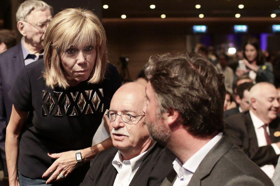 Brigitte Macron et Erik Orsenna lors du meeting En marche! à la Mutualité à Paris.