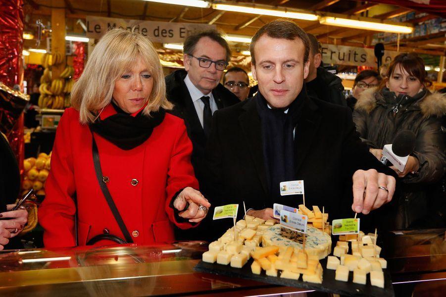 Emmanuel Macron et son épouse visitent le marché Saint-Pierre à Clermont-Ferrand, en janvier 2017.