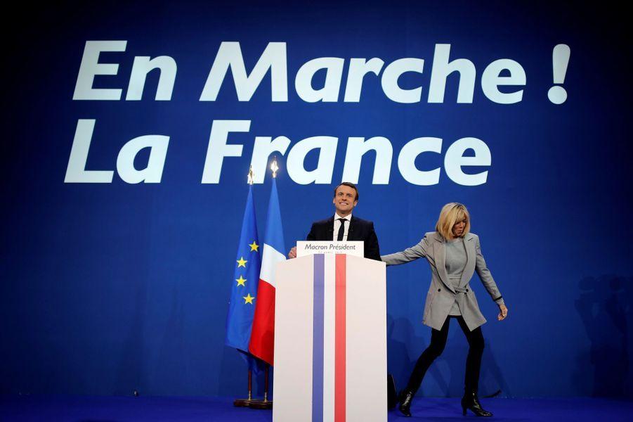 Les Macron sur scène au soir du premier tour.