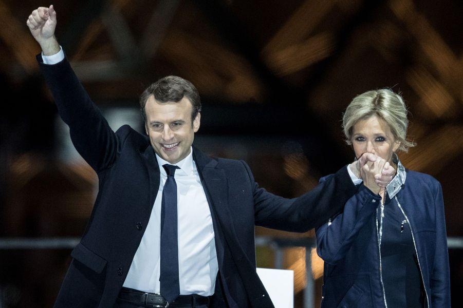 Au soir du deuxième tour, Emmanuel Macron et son épouse fêtent la victoire au Louvre.