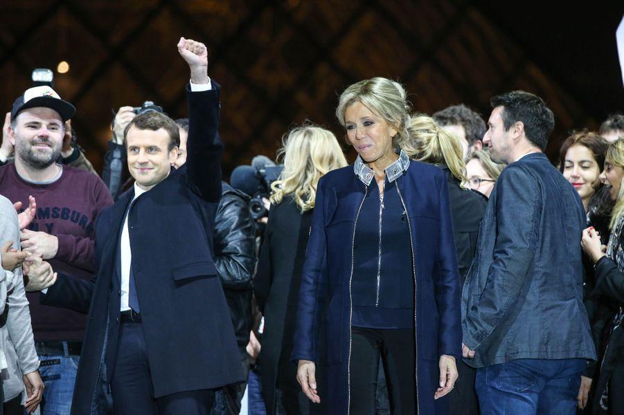 Emmanuel Macron et son épouse Brigitte , dimanche 7 mai 2017 après la victoire à la présidentielle.